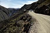 Auto auf Bergstrasse, Colquechaca, Bolivia, South America, America