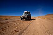 Auto auf Sandpiste, Laguna Colorada Bolivien