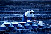 Frau bei der Salzgewinnung, Saline Mauritius