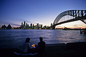 Romantic evening on Sydney Harbour, Australien, Sydney Harbour Bridge, Abendlicht. Harbour Bridge, after sunset