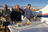 Breakfast at Birdsville horse race, Queensland, Birdsville, light aircraft fly in for the annual outback horse race, and the airstrip becomes a campground, here having breakfast, Outback Pferderennen, wo viele Besucher hinfliegen, der Flugplatz ist auch d
