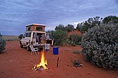 Four-wheel drive on red track, red centre, Australia, Four-wheel drive and campfire, camping in red sand dunes, Allrad, Lagerfeuer