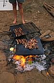 Open camp-fire, Australien, Cooking on open camp-fire at a bush camp, Kochen am Lagerfeuer