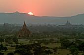 Sunset over the temples of Bagan, Sonnenuntergang, Ruinenfeld von Pagan, Kulturdenkmal von tausenden Ruinen von Pagoden