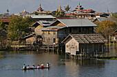Women in boat, stilts, Inle Lake, Frauen rudern nach Hause im Boot, Haeuser auf Stelzen, Inle-See Dorf
