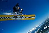 Sprung ueber Fels, Snowboarding Wintersport