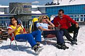 Apres-Ski, Frauen und Mann beim Sonnenbaden