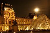 Louvre mit Glaspyramide, Paris Frankreich