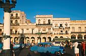 Oldtimer-Taxen vor Capitolio Nationale, Havanna Kuba