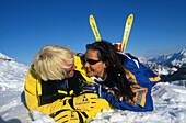 Paar im Schnee mit Ski