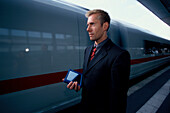 Businessman, am Bahnsteig