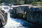 Ein Mensch fährt Kajak, Wildwasserfahren, Korsika, Frankreich