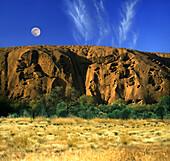 Uluru, Blauer Himmel und Mond über Ayers Rock, Ayers Rock, Northern Territory, Australien