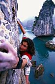 Freeclimbing, Stefan Glowacz klettert über der Halong Bay, Nordvietnam, Vietnam, Asien