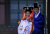 Wedding couple in traditional Korean costumes, Kyo, Seoul, South Korea Asia