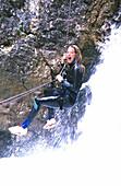 Canyoning, Frau beim Abseilen Sport