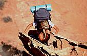 Eine Frau beim Wandern, Lake Powell, Arizona, Utah, USA