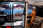 Ein Mann fährt ein Boot, Lake Powell, Arizona, Utah, USA