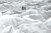 Zwei Leute beim Mountainbiken über Inlandeis, Ilulissat, Inlandeis Kangerlussuaq, Grönland