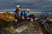 Ein Paar macht eine Pause, Mountainbiking, Jakobshavn, Ilulissat, Grönland