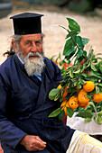 Orthodoxer Priester verkauft Orangen, Akamas, Zypern