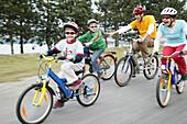 Familie beim Fahrradfahren