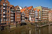 Malerische Backsteinhäuser in der Deichstrasse, Hamburg, Deutschland