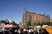 Market stands on the Fischmarkt, traditional fish market takes place every Sunday morning, market-goers can purchase much more than just fish, livestock, exotic plants and a whole range of bric-a-brac are sold by the cheery stallholders, St. Pauli, Hambur