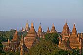 Sunset on Pagan's Temples, Sonnenuntergang, goldene Ananda im Hintergrund, Bagan, Ruinenfeld, World Heritage, Erbe der Menscheit