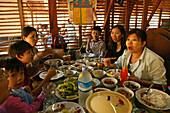 Burmese table of food, women, kids, Mittagsessen, Frauen und Kinder und viele Teller am Tisch