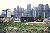Abriss, demolition site in Yangshou, Shanghai,redevelopment area, Abrissgebiet, Leben zwischen Ruinen, Living amongst ruins, encroaching new highrise, neue Hochhäuser anstelle alter Wohnstrukturen
