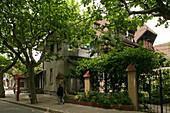 Villa, French Concession,Wohnhaus in der Französische Konzession, Platanenallee, plane tree avenue in summer, Green, Grün, Haus