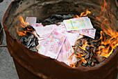 Longhua Temple,Longhua Temple and pagoda, oldest and largest buddhist temple in Shanghai, ältester und größter buddistischer Tempel, Verbrennen von Geistergeld, Totengeld, burning spirit money