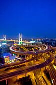 Nanpu Bridge,Autobahnschleife vor dem Überqueren des Huangpu River, Kreisel,  Auto, Verkehr, Stadtautobahn, motorway, circle, spirale, Betonspirale, Gaojia expressway to Pudong