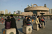 People's Square,meeting point Shanghai Museum, young people waiting, Treffpunkt, Warten, Platz, Paare, couples