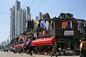 Hongkou quarter Shanghai,Strassenkreuzung, street corner, traditionelle Bebauung und Hochhäuser, Wäsche, clothes line, laundry, highrise