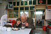 Hongkou quarter Shanghai,Küchenhilfe, cook, Jiaozi Restaurant, old man, dumpling restaurant, billiges Essen, Frühstück, cheap breakfast, lunch break, Essenpause