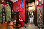 "Kunstsammlerin, Mäzenin, Sieglinde Simbuerger,wohnt in einem Haus in der Altstadt, lives with her collection in an old house in Old Town, Portrait, junge Frau, rot, red, Mao tattoo, Kunstsammlung, paintings of painter Lao Fan, aus: ""Mythos Shanghai"", Shan"