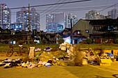 Souzhou Creek, Shanghai,traditionelle Bebauung und Hochhäuser, Sanierungsgebiet, Abriss, Müll, garbage, rubbish, Armut, Viertel Nähe Creek Art, Zerfall