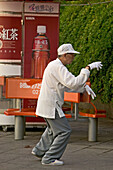 "Morning exercise, on the Bund,Morgengymnastik, Bund, Tai Chi, aus: ""Mythos Shanghai"", Shanghai, Sachbildband, Fotos Karl Johaentges, Text Erich Follath, Verlag, Collection Rolf Heyne, 2005"