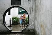 Yu Garden, moon gate entrance,klassischer chinesischer Garten, Mondtor, Gartenkunst, classical Garden of Joy, Yu Yuan Garden, Ming Dynasty, Nanshi
