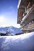 Typisches Tiroler Gasthof im Schnee, Nieding, Brixen im Thale, Tirol, Österreich