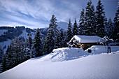 Alpine Skihütte im Schnee mit den Hohen Salve im Hintergrund, Brixen im Thale, Alpen Tirol, Österreich
