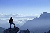 Wanderer geniesst Aussicht, Cristallo Gruppe, Dolomiten, Italien