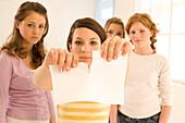 Weiblicher Teenager (14-16) zerreißt einen Brief