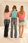 Weibliche Teenager (14-16) stehen zusammen