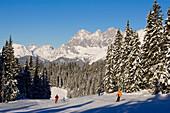 Skiers on slope, summit of the Dachstein Mountains at horizon, Schladming, Ski Amade, Styria, Austria