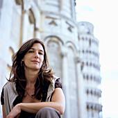 Portrait, junge Frau in Pisa, Italien, sitzend, lächeln, lange braune haare,  schiefer turm, touristin, tourist, tourismus,sehenswürdigkeit, deutsche
