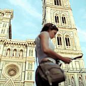 Touristin in Florenz, Italien, Toskana, urlauberin, vor florentiner dom, urlauberin, toristin, jung, stadtplan, orientierung, weg suchen, fassade, glockenturm, wahrzeichen, sehenswürdigkeit