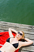 Bayern, Deutschland, Starnberg, Starnberger See, Frau, Leoni, blond, Sonnebrille, Bikini, rot, grün, sonnig